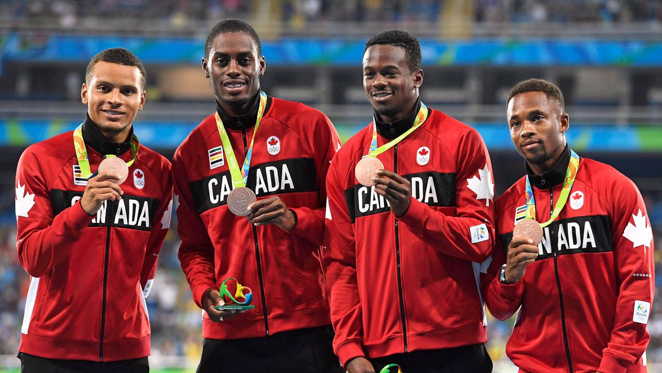 Andre De Grasse, Brendon Rodney, Aaron Brown et Akeem Haynes posent avec leurs médailles de bronze aux Jeux olympiques de Rio, le 20 août 2016. THE CANADIAN PRESS/Frank Gunn
