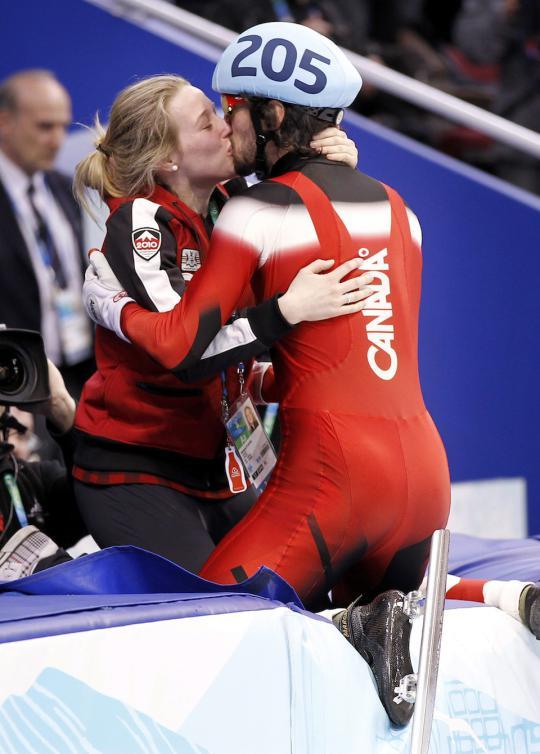 Charles Hamelin célèbre sa médaille d'or au 500 m des Jeux de Vancouver en embrassant sa copine Marianne St-Gelais. (PC/Paul Chiasson)