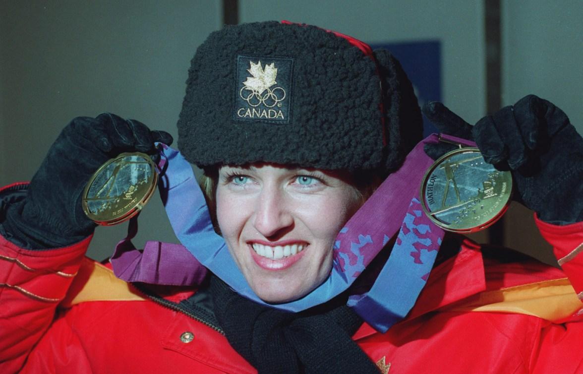 Myriam Bédard prend la pause avec ses deux médailles d'or remportées aux Jeux de Lilleammer en 1994.
