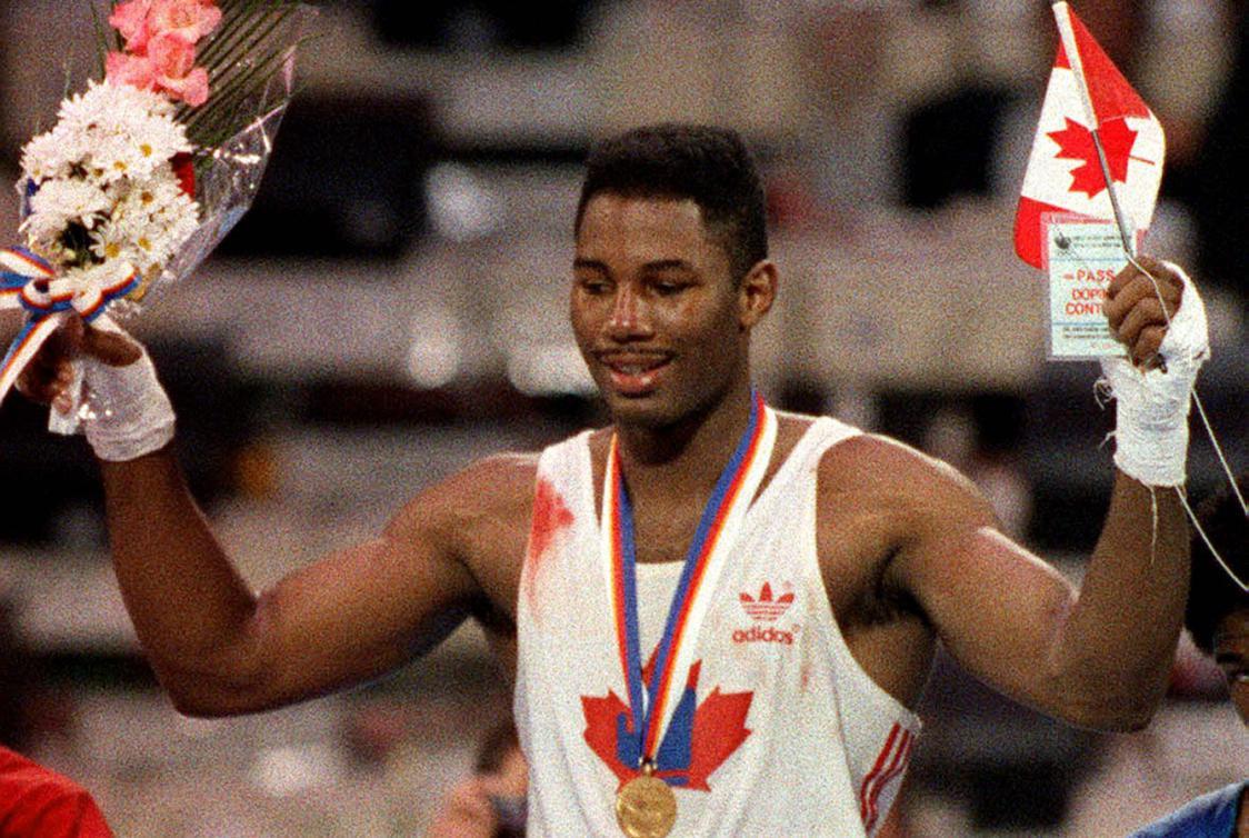 Lennox Lewis célèbre sa médaille d'or aux Jeux de Séoul en 1988