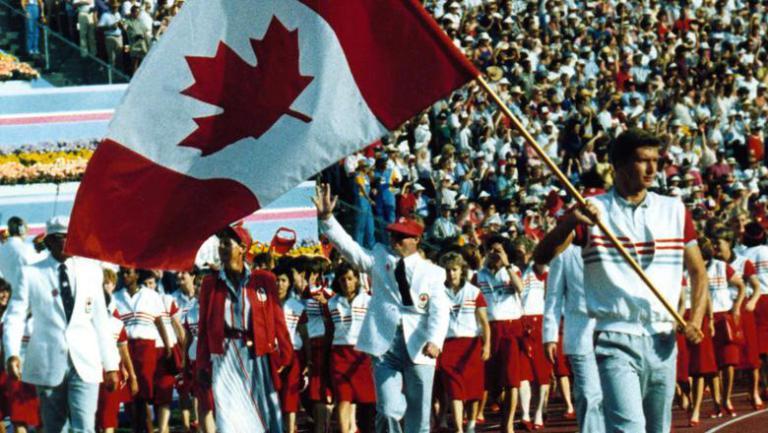 Le nageur Alex Baumann porte le drapeau canadien lors de la cérémonie d'ouverture des Jeux de Los Angeles en 1984.
