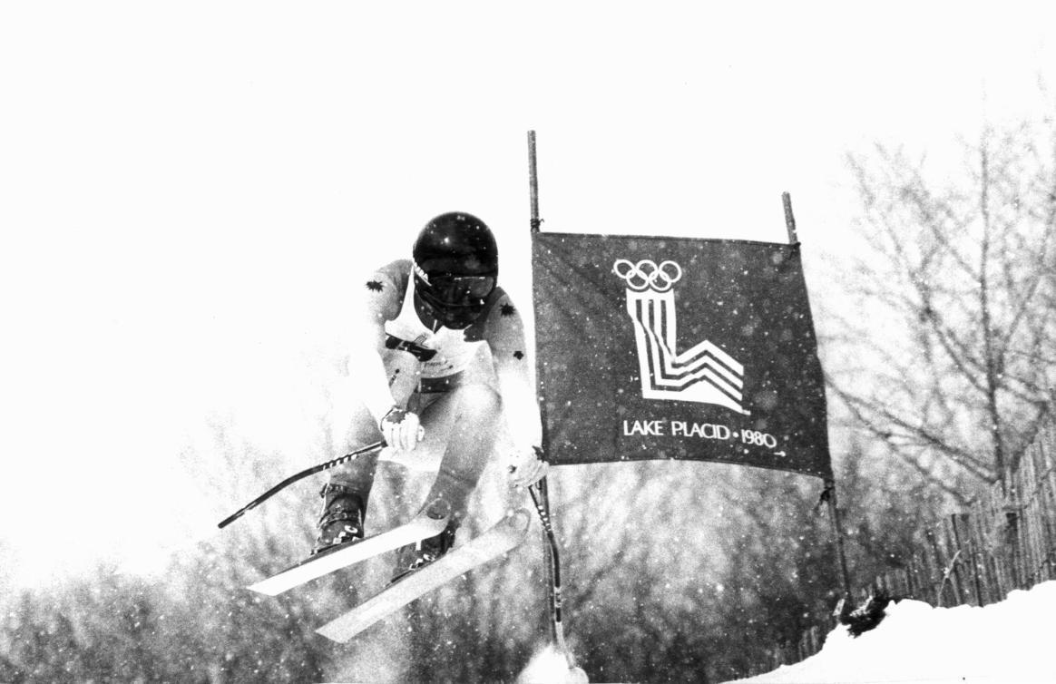 Le skieur Steve Podborski est dans les airs lors de la descente à Lake Placid, où son temps de 1:46,62 lui vaudra la médaille de bronze. (CP PHOTO/ AP)