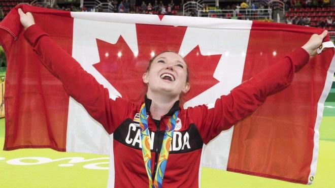 Rosie MacLennan porte le drapeau canadien