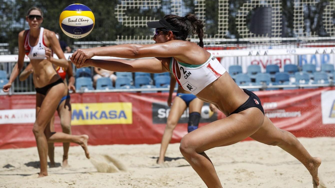 Deux joueuses de volleyball de plage en action