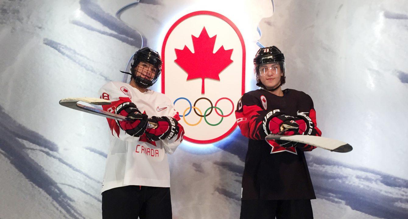 Deux jeunes hockeyeurs prennent la pose à Toronto lors du dévoilement des chandails de hockey d'Équipe Canada en vue des Jeux olympiques d'hiver de PyeongChang 2018, le 1er novembre 2017.