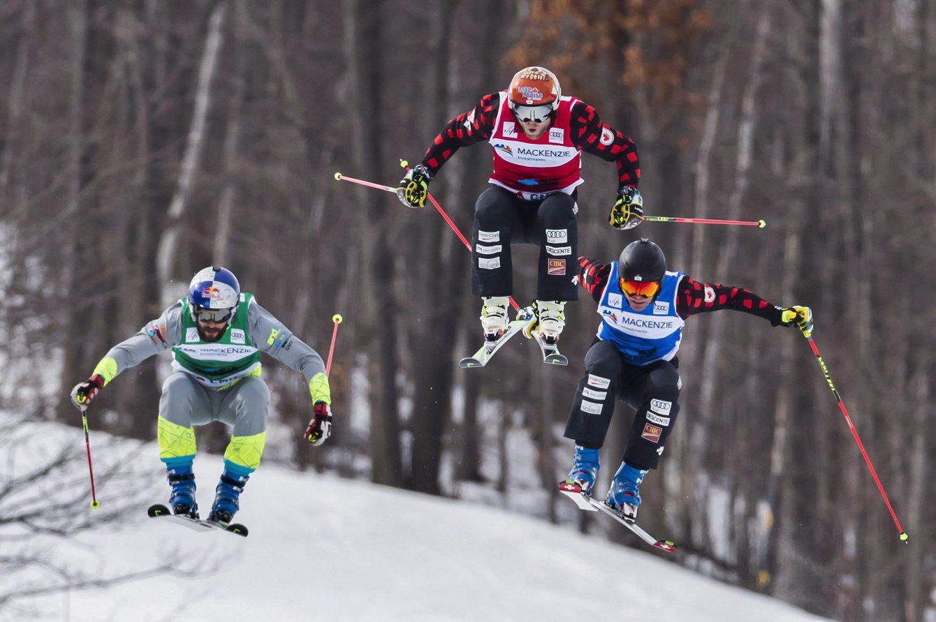 Brady Leman d'Équipe Canada (centre) file vers une médaille d'or devant son compatriote Chris Del Bosco (droite) lors de la Coupe du monde de ski cross à Blue Montains, en Ontario, le 5 mars 2017. (Photo : THE CANADIAN PRESS/Mark Blinch)