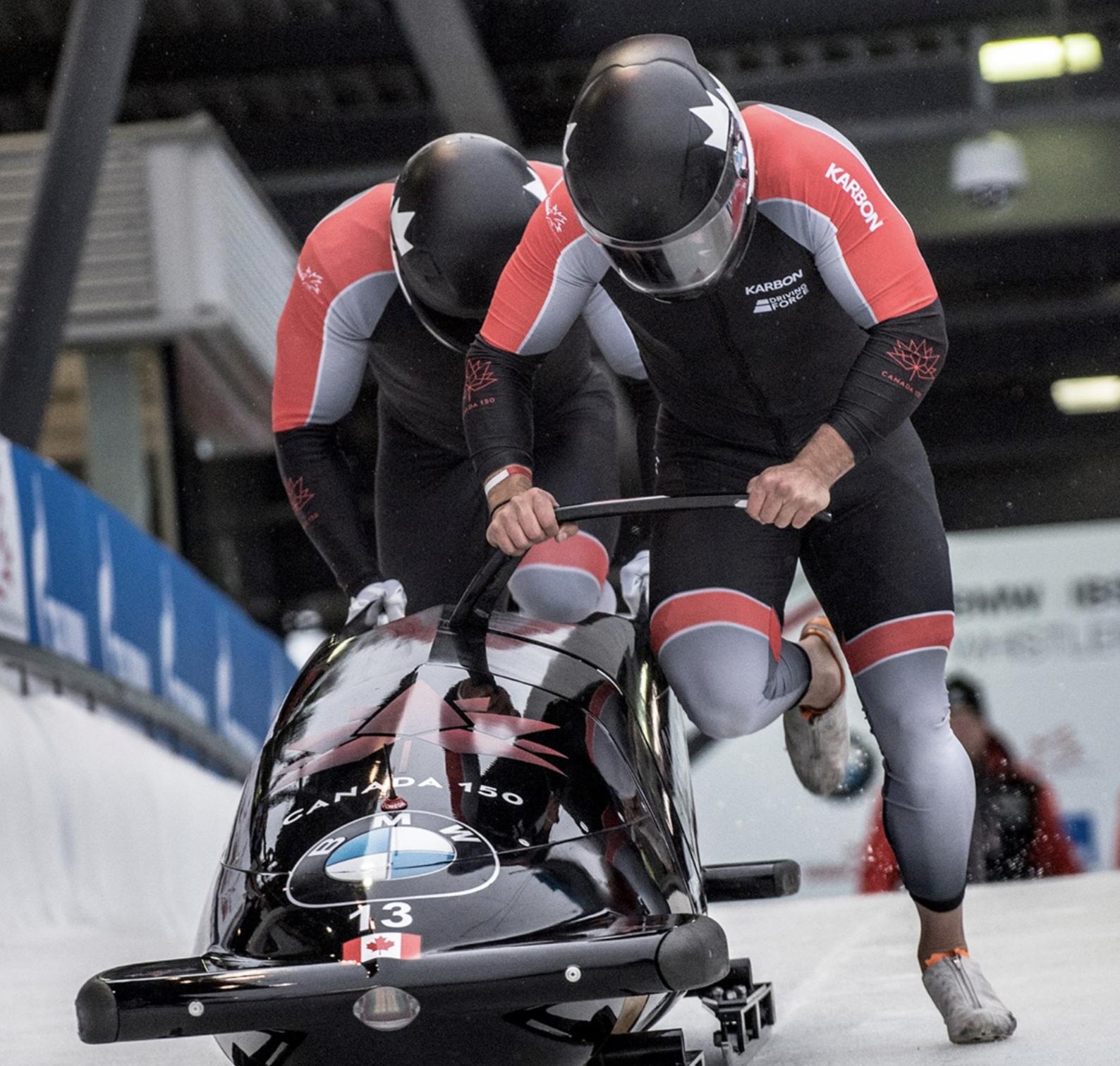 Chris Spring et Neville Wright d'Équipe Canada en action à la Coupe du monde de bobsleigh à Whistler, le 24 novembre 2017.