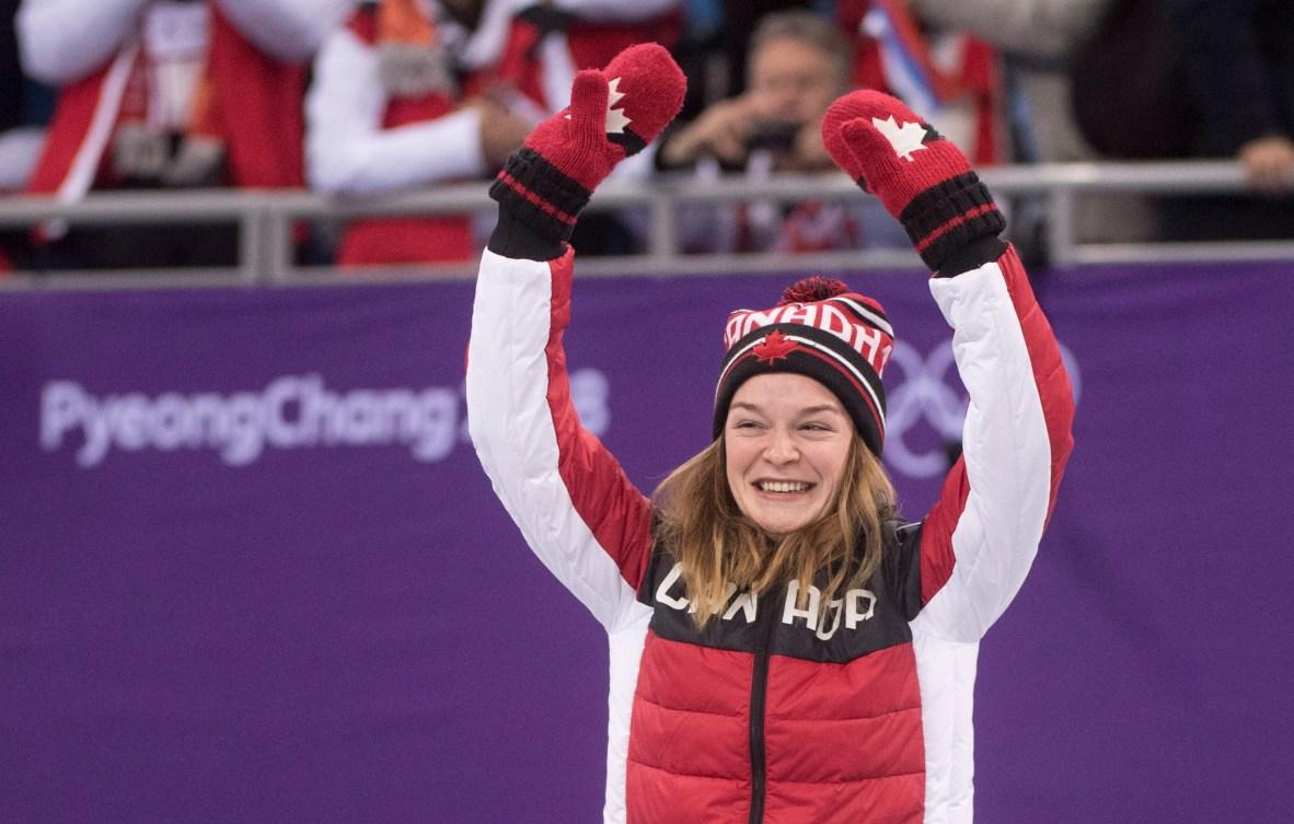 La Canadienne Kim Boutin et sa coéquipière Marianne St-Gelais s'enlacent après avoir découvert que Boutin avait gagné la médaille de bronze à l'épreuve féminine de 500m en patinage de vitesse sur courte piste aux Jeux olympiques d'hiver de PyeongChang2018, le mardi 13février 2018 à Gangneung, en Corée du Sud. LA PRESSE CANADIENNE/Paul Chiasson