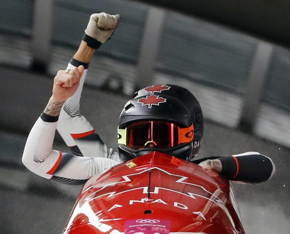 La pilote Kaillie Humphries et la freineuse Phylicia George du Canada célèbrent leur médaille de bronze après la dernière manche de l'épreuve féminine de bob à deux aux Jeux olympiques d'hiver de PyeongChang2018, en Corée du Sud, le mercredi 21 février 2018. (Photo: AP/Andy Wong)