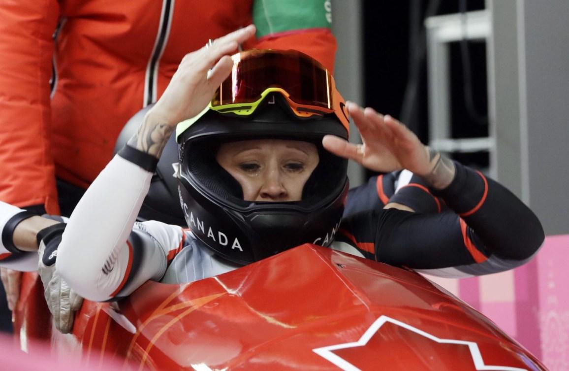 La pilote Kaillie Humphries et la freineuse Phylicia George du Canada célèbrent leur médaille de bronze après la dernière manche de l'épreuve féminine de bob à deux aux Jeux olympiques d'hiver de PyeongChang2018, en Corée du Sud, le mercredi 21 février 2018. (Photo: AP/Wong Maye-E)