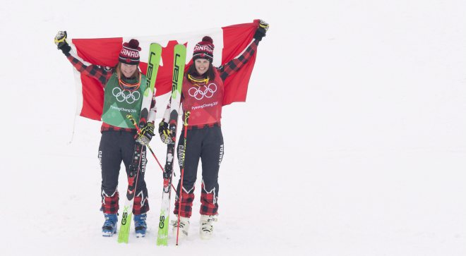 La médaillée d'or Kelsey Serwa, à droite, et la médaillée d'argent Brittany Phelan célèbrent leur victoire en ski cross femmes au Parc de neige de Bokwang lors des Jeux olympiques d'hiver de PyeongChang2018 en Corée du Sud le vendredi 23 février 2018. (LA PRESSE CANADIENNE/Jonathan Hayward)