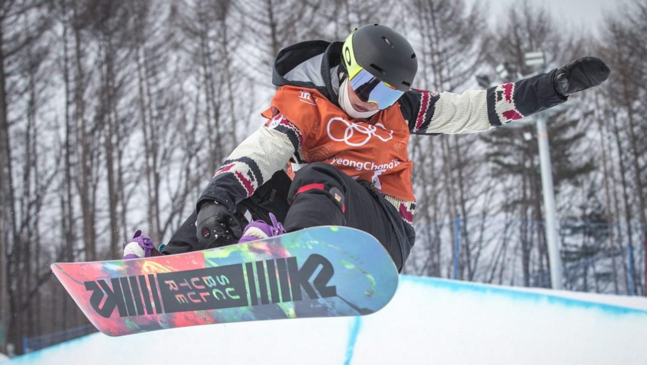 Plus jeune athlète féminine d'Équipe Canada, Elizabeth Hosking, 16 ans, s'entraîne sur la demi-lune du Parc de neige de Phoenix, à PyeongChang, en Corée du Sud. Photo: David Jackson