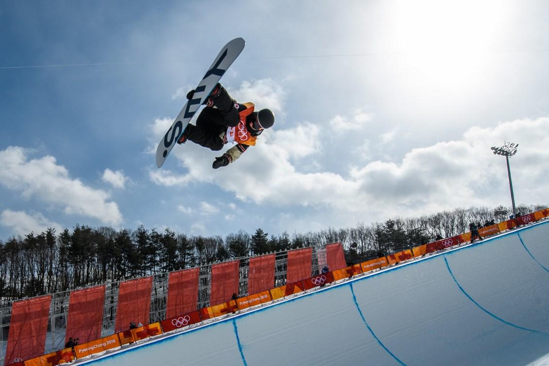 Derek Livingston en action pendant les qualifications de l'épreuve de demi-lune, aux Jeux olympiques de PyeongChang