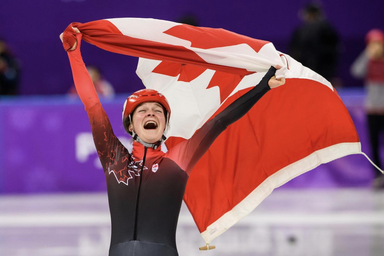 Kim Boutin d'Équipe Canada célèbre sa médaille de bronze remportée en courte piste au 1500 m avec un tour de piste au Palais des glaces de Gangneung aux Jeux olympique de PyeongChang, le 17 février 2018.