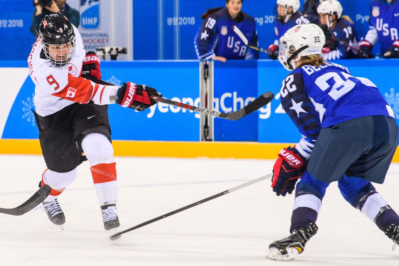 Jennifer Wakefield (9) d'Équipe Canada effectue un lancer lors de la finale de hockey féminin des Jeux olympiques de PyeongChang, le 22 février 2018. (Photo : Vincent Ethier/COC)