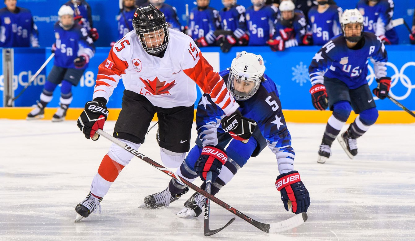 Mélodie Daoust (15) d'Équipe Canada dispute la rondelle à Megan Keller (5) des États-Unis lors du match pour la médaille d'or en hockey féminin aux Jeux olympiques de PyeongChang 2018, le 22 février 2018. (Photo by Vincent Ethier/COC)