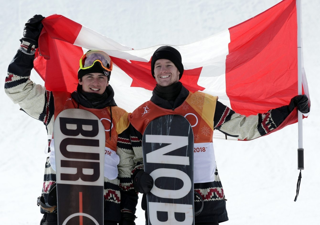 Mark McMorris gagne le bronze et Max Parrot gagne l'argent à la finale de slopestyle masculin au Parc de neige de Phoenix, aux Jeux olympiques de PyeongChang, le 11 février 2018. (Jason Ransom/COC)