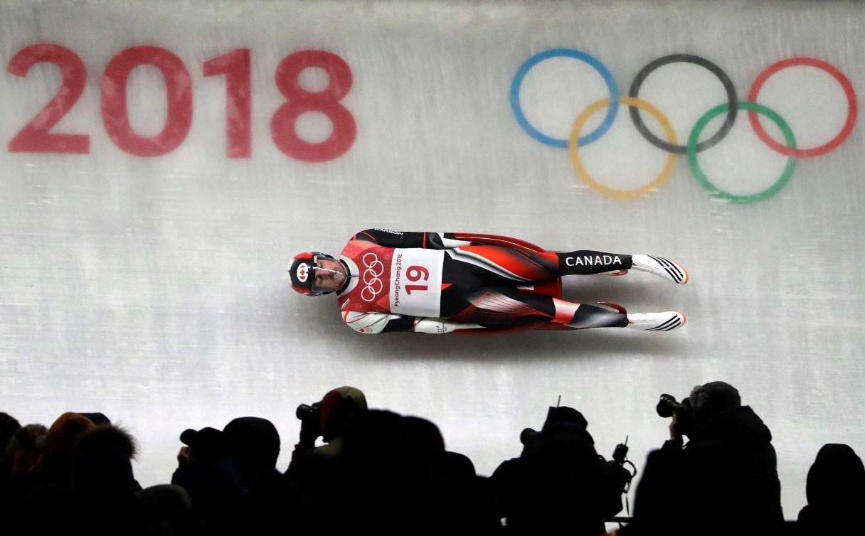 Sam Edney aux descentes finales à l'épreuve de luge masculine, aux Jeux olympiques de PyeongChang, le 11 février 2018. (AP Photo/Wong Maye-E)