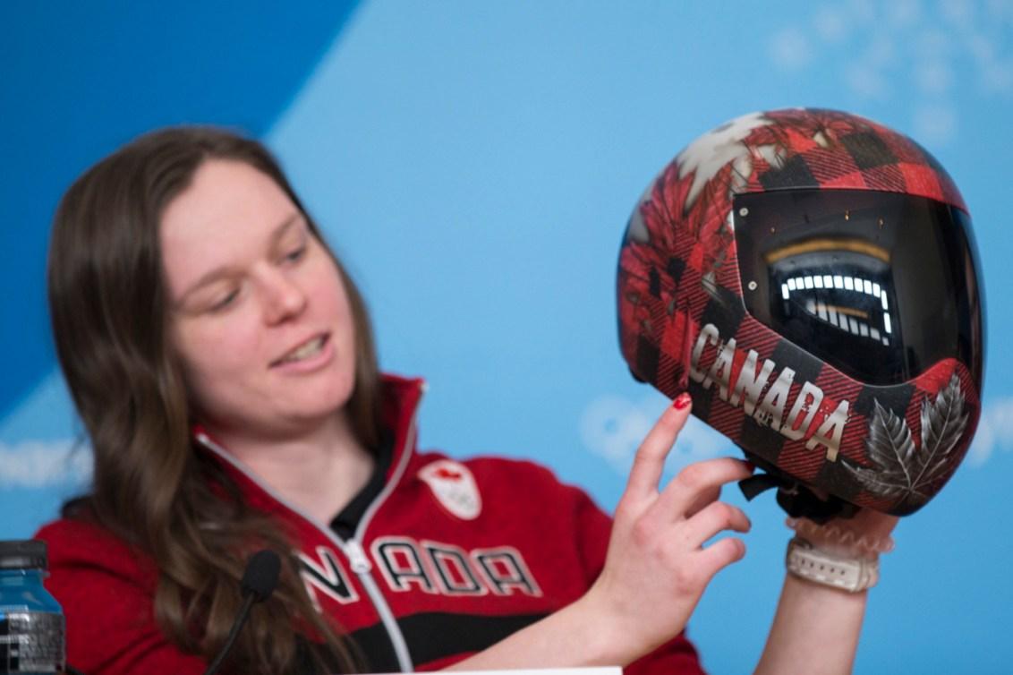 Elisabeth Vathje, athlète de skeleton au sein d'Équipe Canada, montre son casque aux médias à l'approche des Jeux olympiques d'hiver de PyeongChang2018. Photo: COC/David Jackson