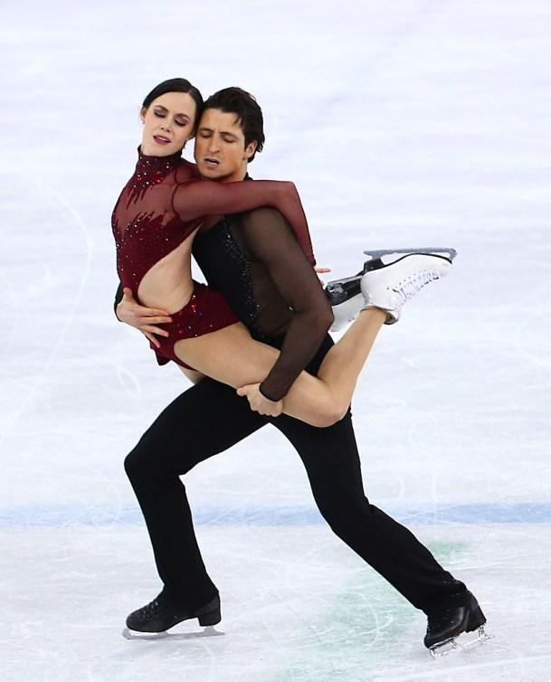 Les Canadiens Scott Moir et Tessa Virtue célèbrent la réalisation d'une performance parfaite à l'épreuve de danse sur glace aux Jeux olympiques d'hiver de PyeongChang 2018, en Corée, le mardi 20 février 2018.THE CANADIAN PRESS/HO – COC – Jason Ransom