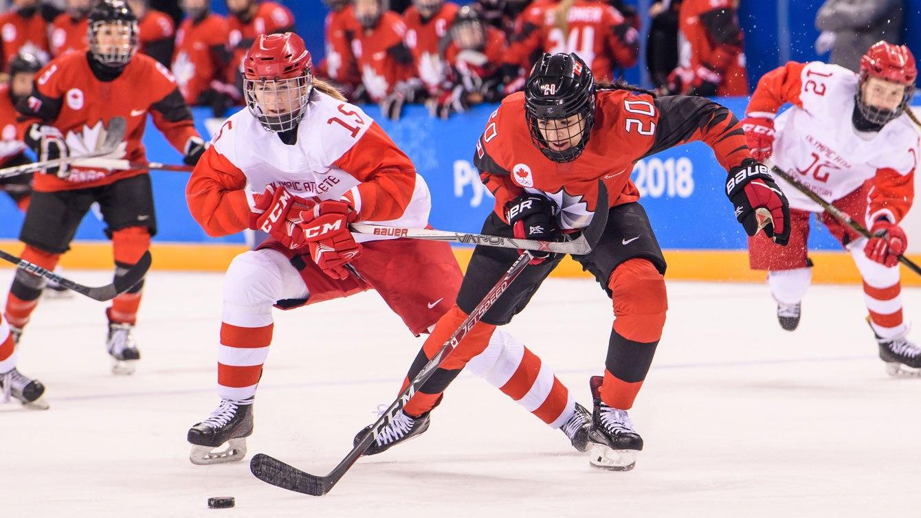 La Canadienne Sarah Nurse se bat pour obtenir le contrôle d'une rondelle libre contre les athlètes olympiques de la Russie le 11février2018 au Centre de hockey de Kwandong. (Photo: Vincent Ethier/COC)