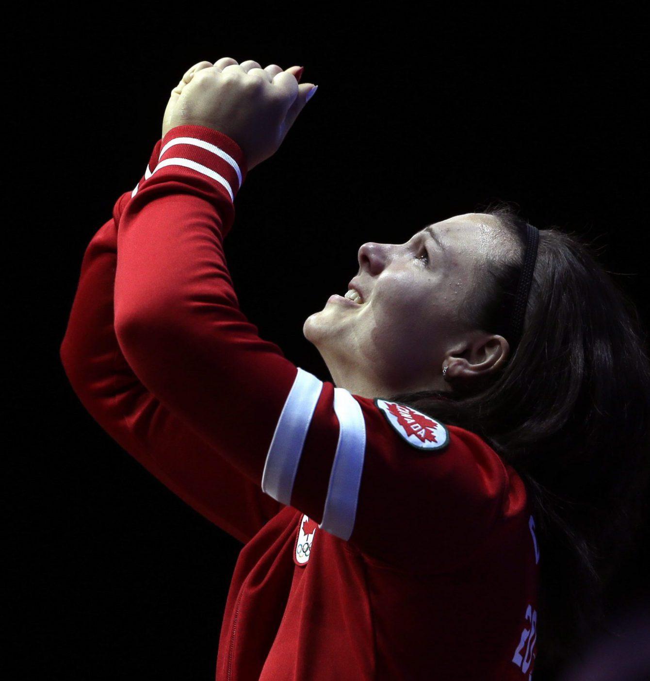 Christine Girard d'Équipe Canada après avoir remporté la médaille de bronze de l'épreuve d'haltérophilie des 63 kg à Londres 2012, le 31 juillet 2012. (AP Photo/Mike Groll)