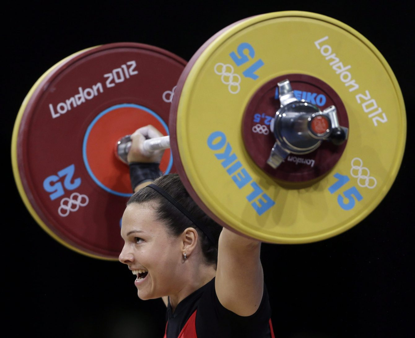 Christine Girard d'Équipe Canada prend part à l'épreuve d'haltérophilie des 63 kg à Londres 2012, le 31 juillet 2012. (AP Photo/Mike Groll)