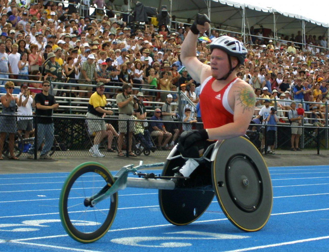 Le 21 juillet 2001, Jeff Adams, de Toronto, membre d'Équipe Canada, célèbre sa première place à l'épreuve de 1 500 m aux Jeux de la francophonie internationale qui ont eu lieu à Ottawa. (PHOTO PC/Jonathan Hayward)