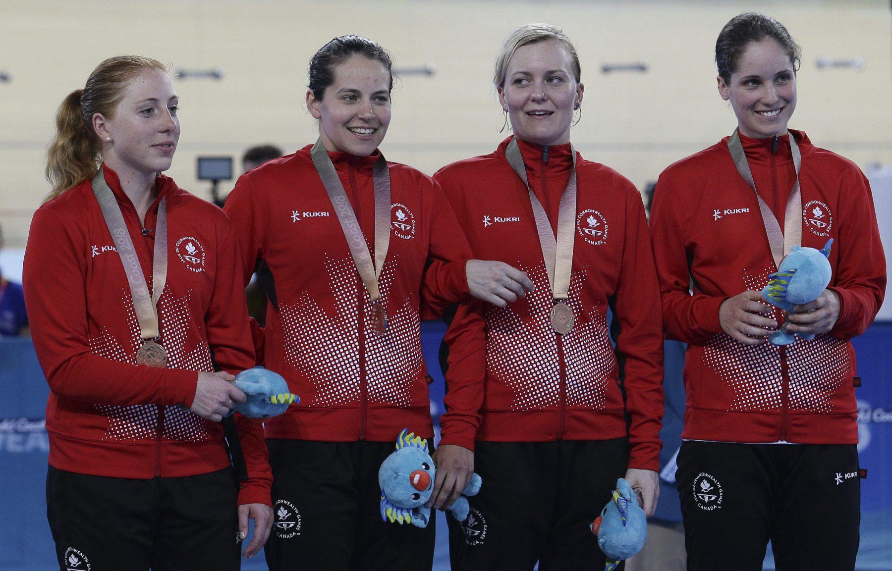 Allison Beveridge, Ariane Bonhomme, Stephanie Roorda et Annie Foreman-Mackey d'Équipe Canada avec leur médaille de bronze en poursuite par équipes aux Jeux du Commonwealth, le 5 avril 2018. (AP Photo/Tertius Pickard)