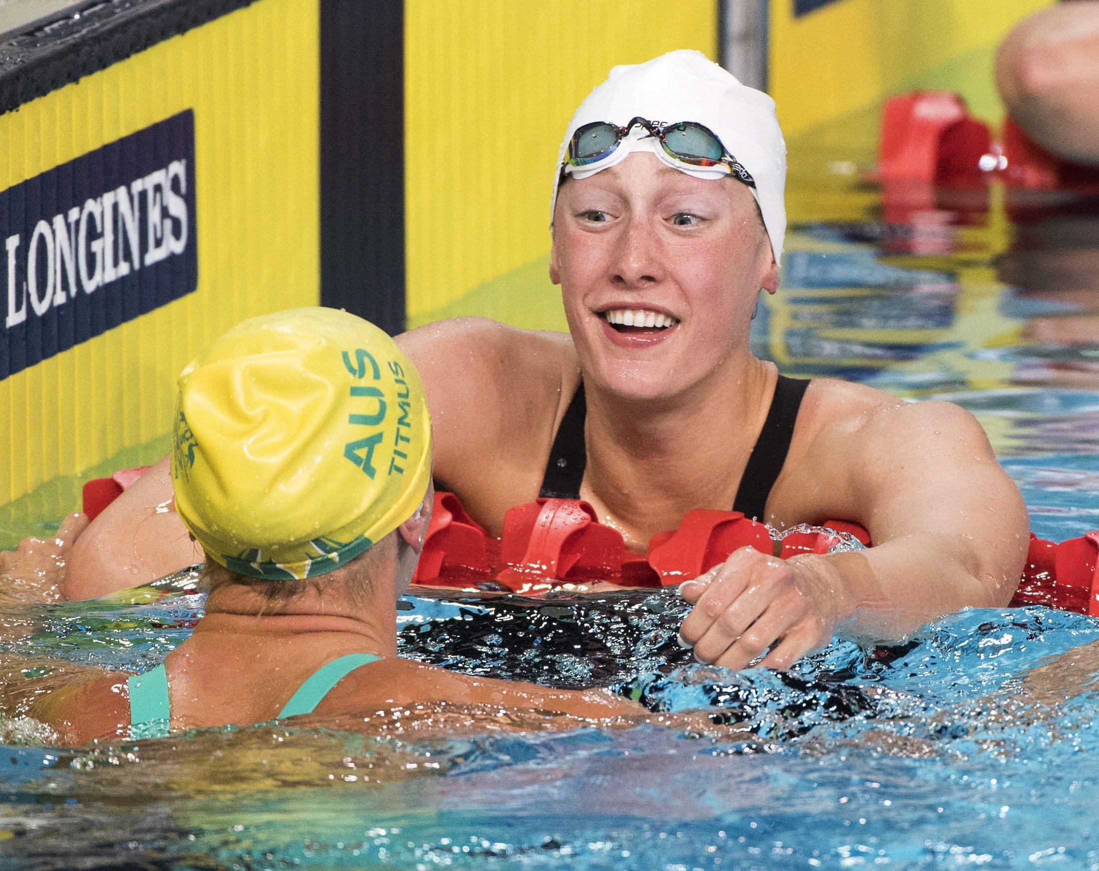Taylor Ruck, droite, après avoir remporté la médaille d'or au 200 m style libre féminin des Jeux du Commonwealth à Gold Coast, en Australie, le 5 avril 2018,