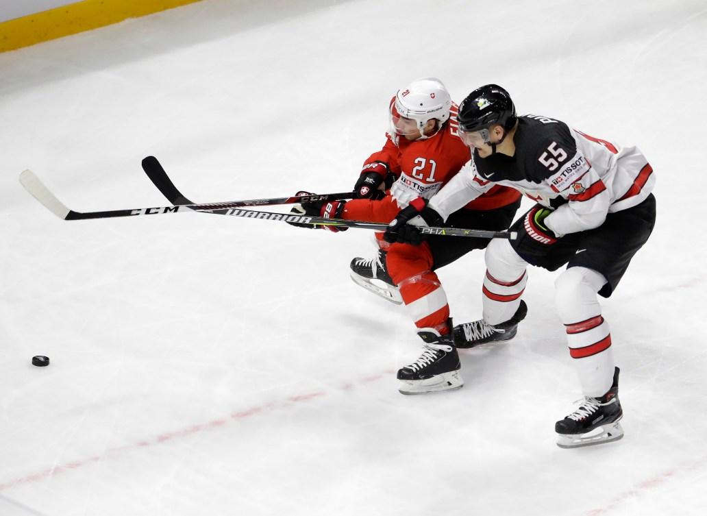 Le Suisse Kevin Fiala et le Canadien Colton Parayko se battent pour la rondelle.