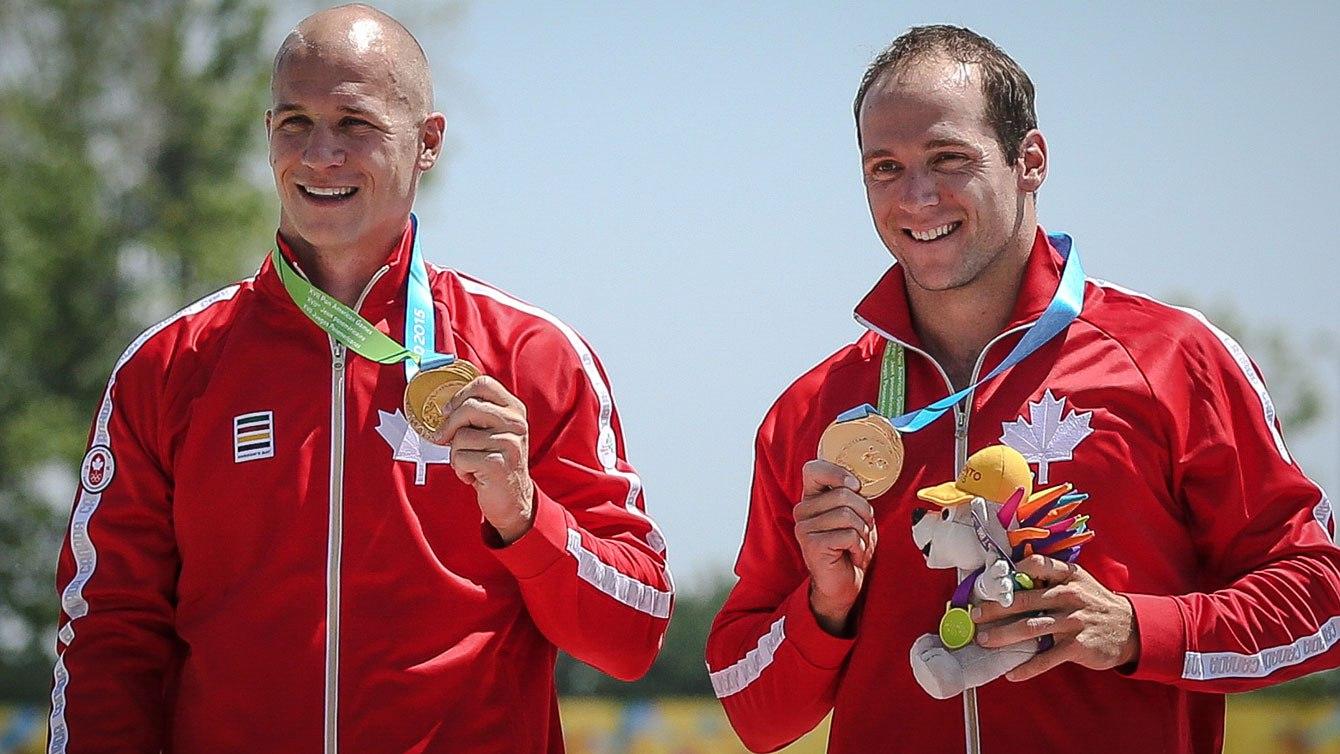 Benjamin Russell et Gabriel Beauchesne-Sevigny avec leur médaille d'or des Jeux panaméricains au C-2 1000m, à Toronto, le 13 juillet 2015.