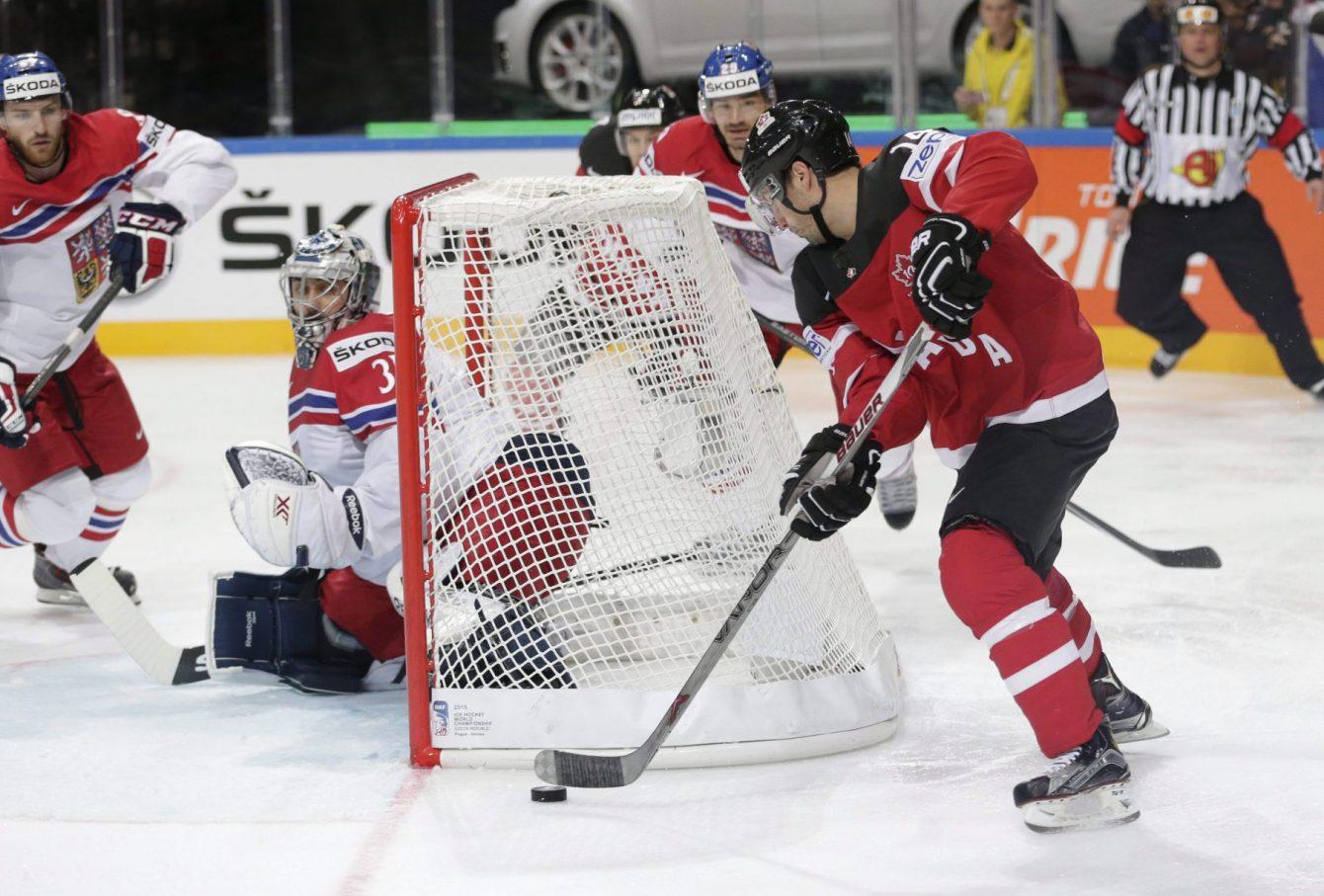 Jordan Eberle d'Équipe Canada contourne le filet avant d'ouvrir la marque lors du Championnat mondial de hockey face à la République tchèque, à Prague, le 4 mai 2015. (Photo : AP/Petr David Josek)