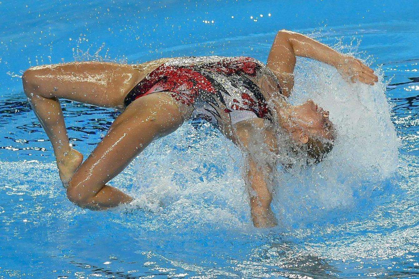 Les nageuses synchronisées d'Équipe Canada Claudia Holzner et Jacqueline Simoneau lors des Championnats du mon de la FINA à Budapest, en Hongrie, le 18 juillet 2017. (Photo : Zsolt Czegledi/MTI via AP)
