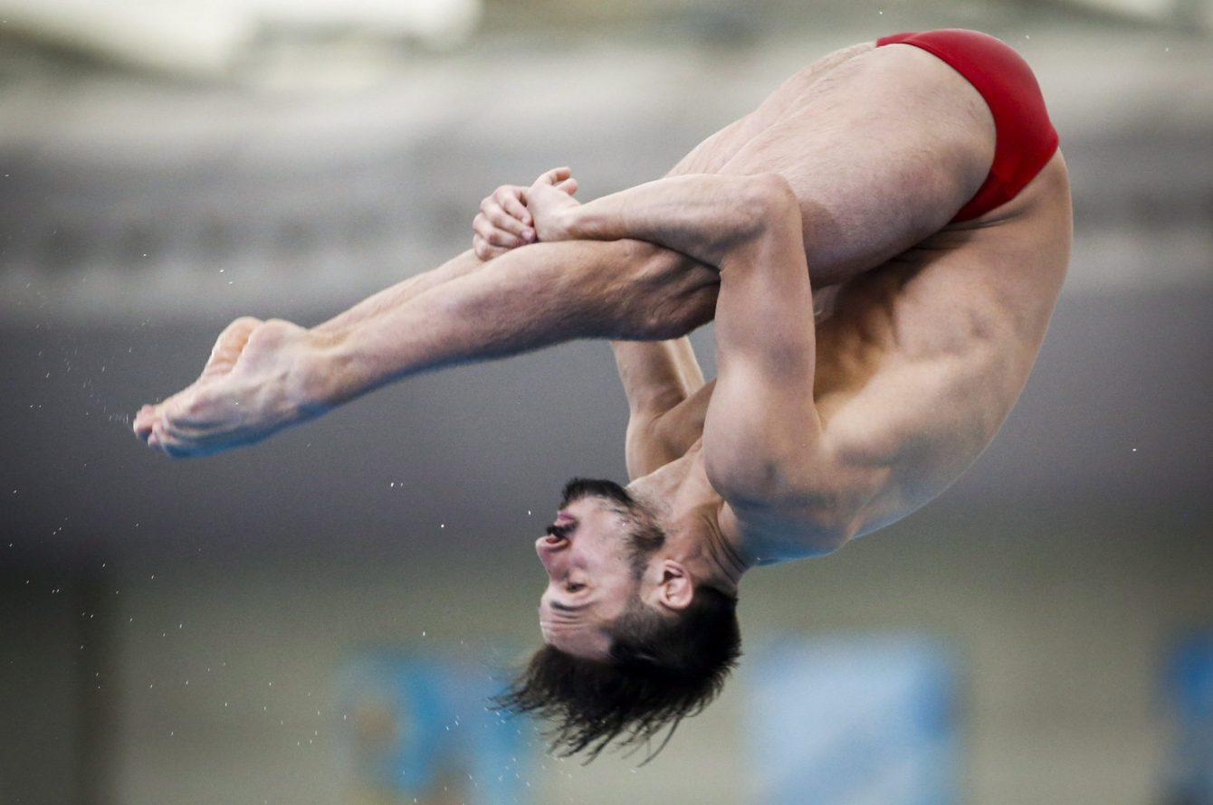 François Imbeau-Dulac d'Équipe Canada exécute un saut au Grand Prix de plongeon de Calgary, en finale du tremplin de trois mètres, le 13 mai 2018. Photo: THE CANADIAN PRESS/Jeff McIntosh