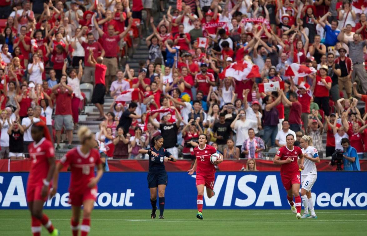 La Canadienne Christine Sinclair ramène le ballon au centre du terrain après avoir marqué face à l'Angleterre, lors des quarts de finale de la Coupe du monde de 2015, présentée au Canada. Samedi, 27 juin 2015. LA PRESSE CANADIENNE/Darryl Dyck