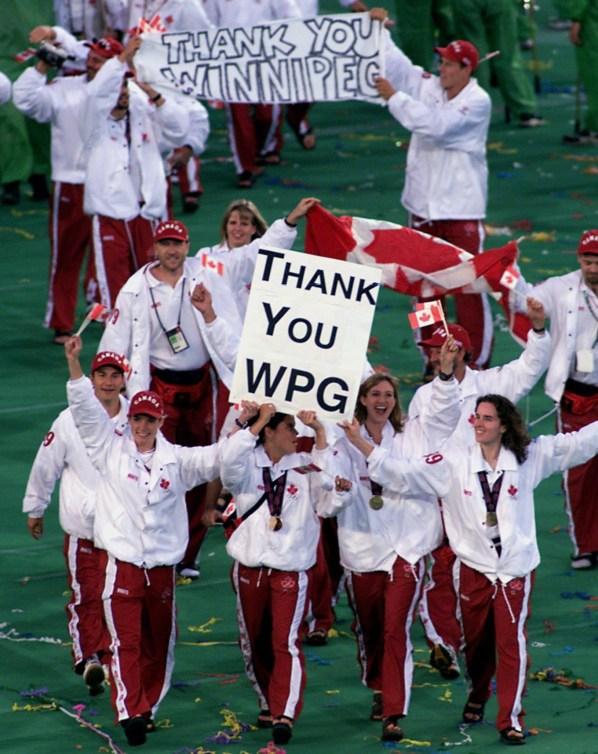 Des athlètes canadiens saluent la foule lors de la cérémonie de clôture des Jeux Panaméricains de Winnipeg, en 1999. Dimanche 8 août 1999.(CP PHOTO/Joe Bryksa)