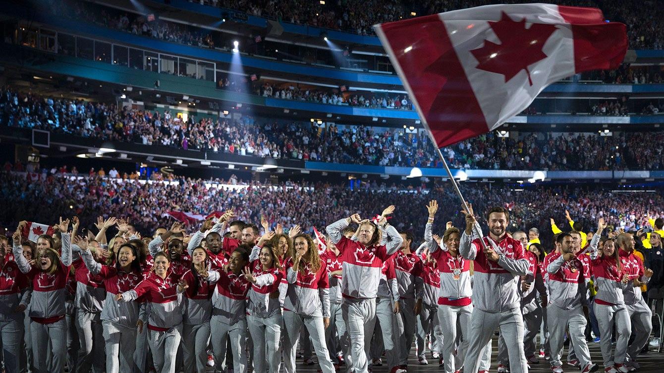 Mark Oldershaw mène Équipe Canada lors de la cérémonie d'ouverture des Jeux panaméricains de 2015, à Toronto.