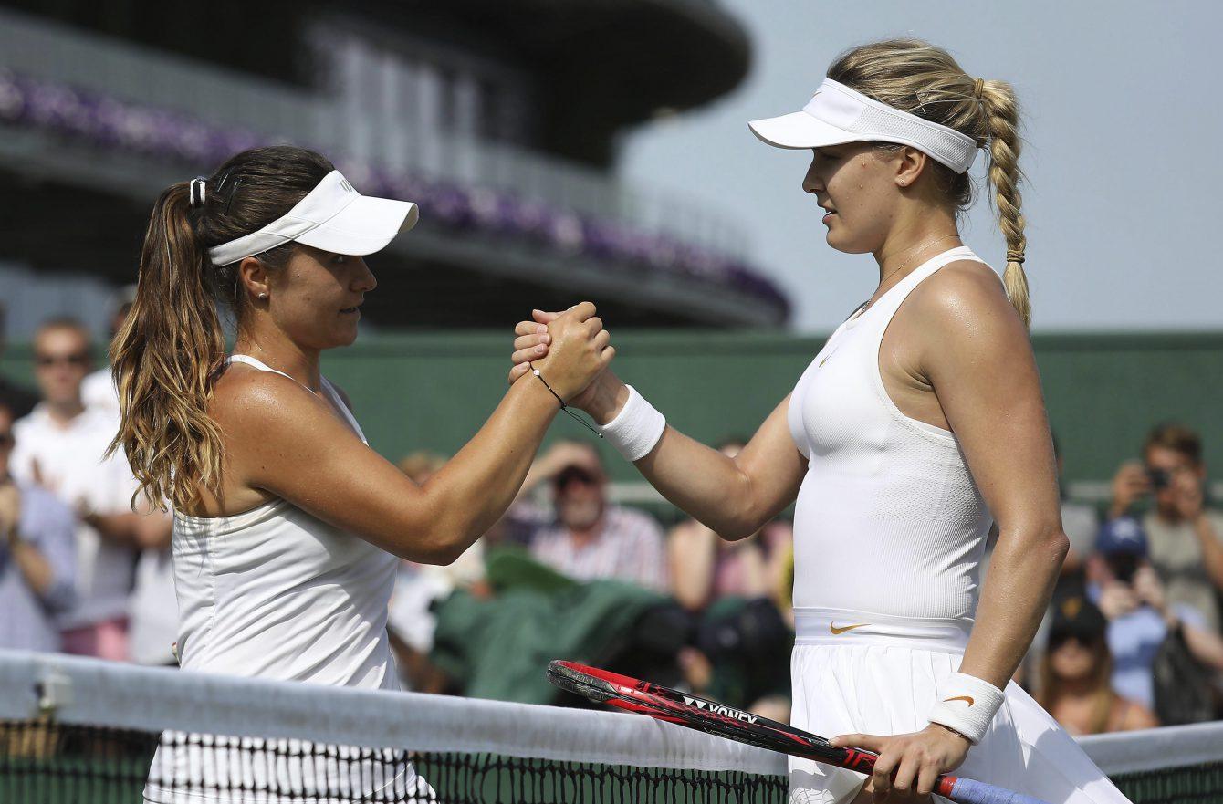 Eugenie Bouchard d'Équipe Canada (droite) donne la main à la Britannique Gabriella Taylor, après avoir remporté son match de premier tour du tournoi de Wimbledon, le 3 juillet 2018.
