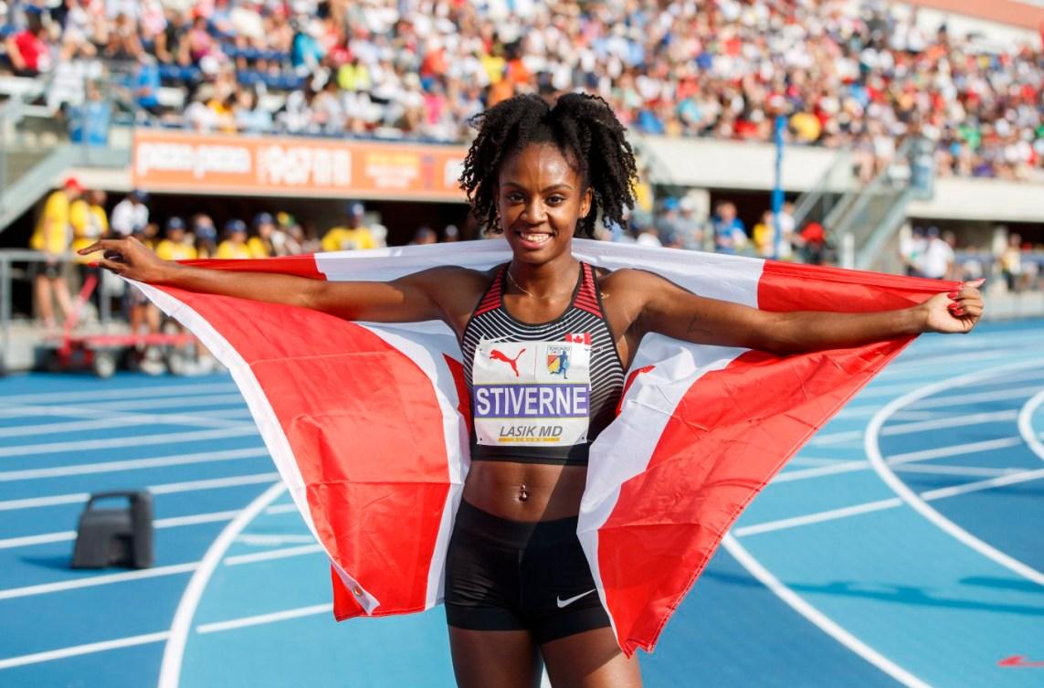Aiyanna Stiverne prend la pose avec le drapeau canadien après avoir remporté l'argent au 400 m aux Championnats NACAC de Toronto, le 11 août 2018. LA PRESSE CANADIENNE/Mark Blinch