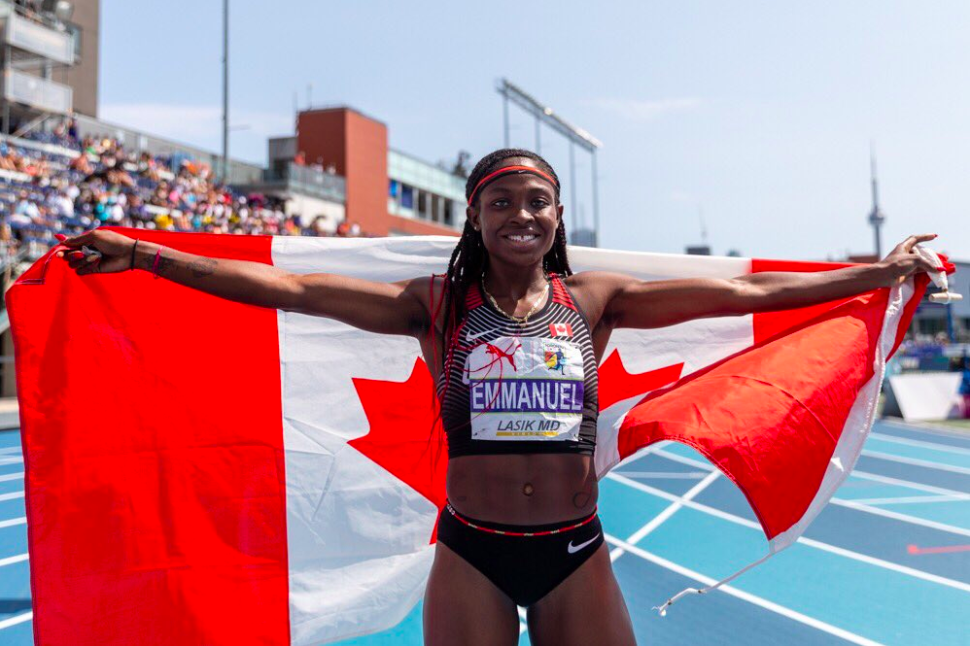 Crystal Emmanuel porte le drapeau canadien après avoir remporté la médaille d'argent au 200 m, aux Championnats NACAC, à Toronto, le 12 août 2018. COC/Thomas Skrlj