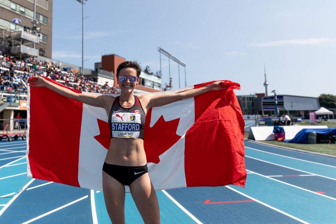 Gabriela Stafford célèbre sa médaille avec le drapeau canadien aux Championnats de la NACAC, à Toronto, le 12 août 2018. Photo: COC