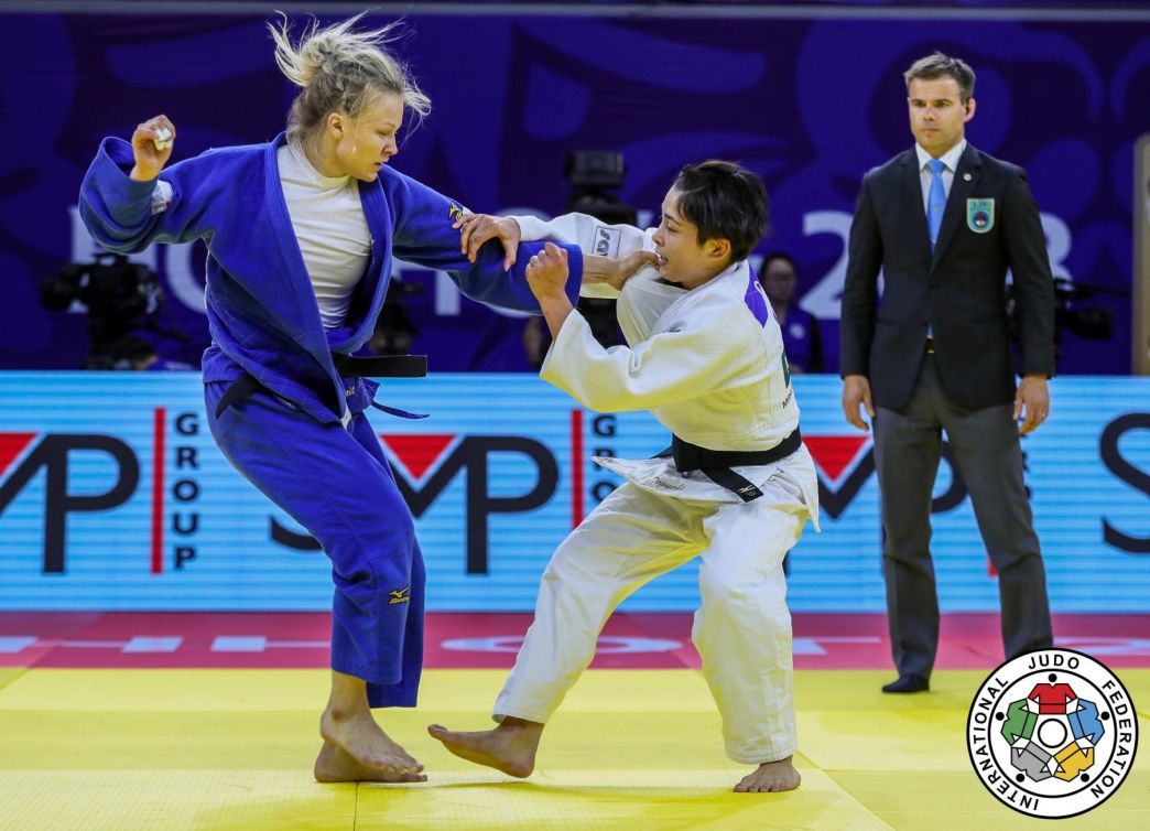 Christa Deguchi et Jessica Klimkait s'affronte lors de la finale des 57 kg au Grand Prix de judo en Chine. (Photo: Sabau Gabriela)