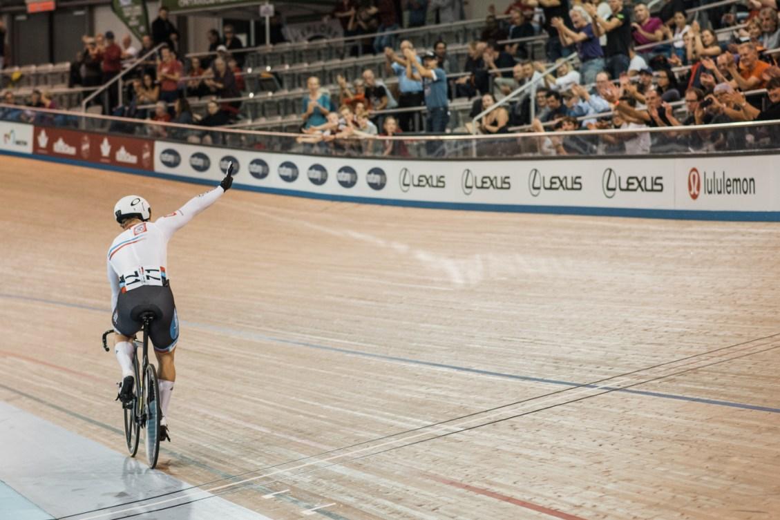 Hugo Barrette salue la foule à la Coupe du monde de cyclisme sur piste, à Milton, en Ontario, le 27 octobre 2018. (Photo: Cycling Canada / Bojan Uzicanin)