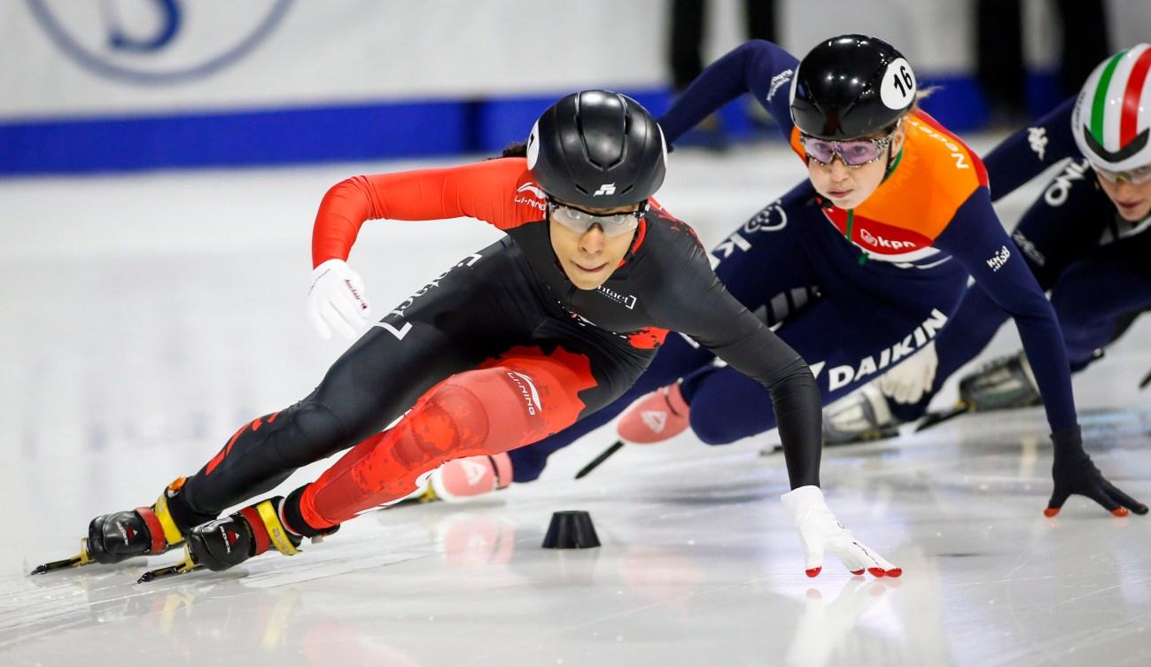 Alyson Charles, à gauche, et la Hollandaise Lara Van Ruijven patinent de la demi-finale féminine du 500 m