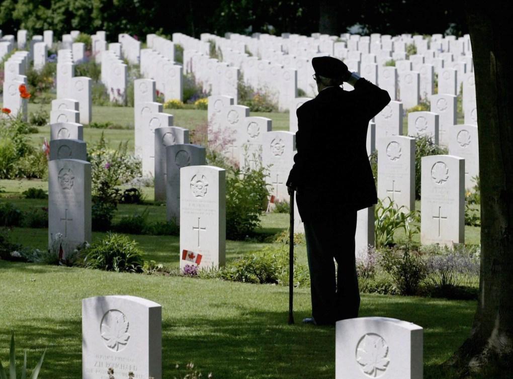 Le vétéran de la Seconde Guerre mondiale et du Débarquement de Normandie Roy Shaw salue ses camarades tombés au combat au Cimetière de guerre canadien Beny-sur-Mer