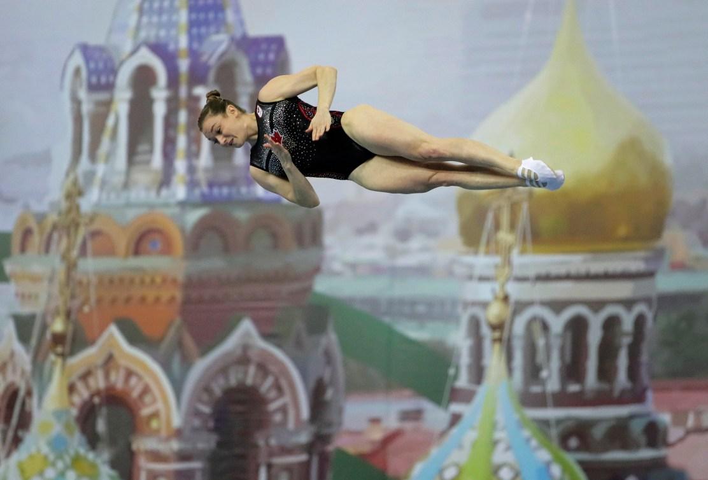 La médaillée d'or Rosie MacLennan en action sur le trampoline.