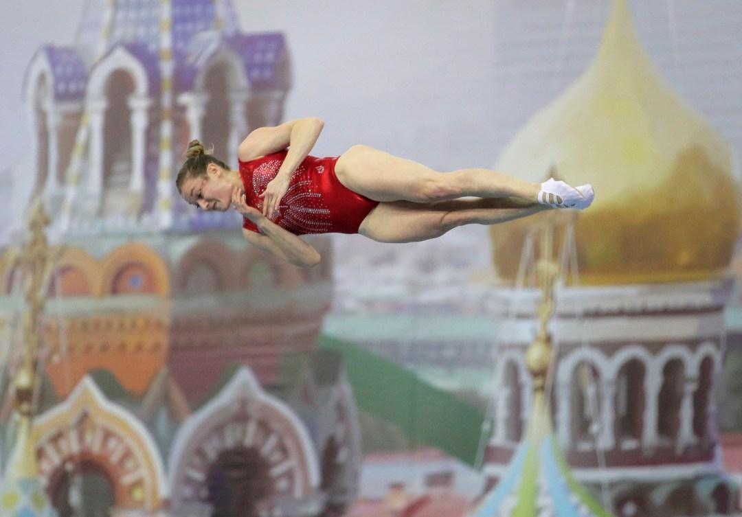 Rosie Maclennan en suspension dans les airs.
