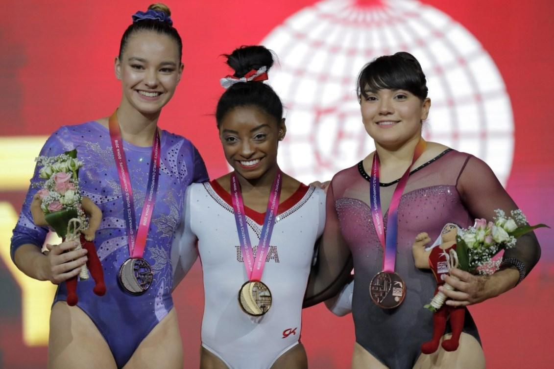 La médaillée d'argent Shallon Olsen, du Canada, la médaillée d'or Simone Biles, des États-Unis, et la médaillée de bronze Alexa Moreno, du Mexique, de gauche à droite.