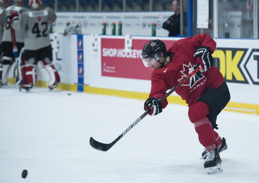 Dylan Cozens patine vers la rondelle.